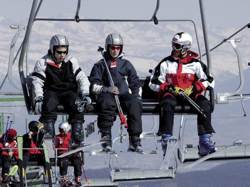 Лыжники на кресельном подъемнике на горнолыжном курорте Ла-Молина
