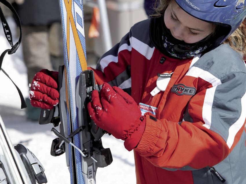 Primer plano de un niño preparando sus esquís en la estación de esquí de Boi-Taüll (Nano Canas)