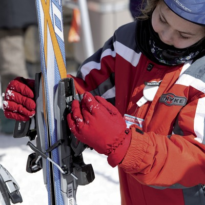 Close-up of a child getting his skis ready at the Boí-Taüll Ski Resort (Nano Canas)