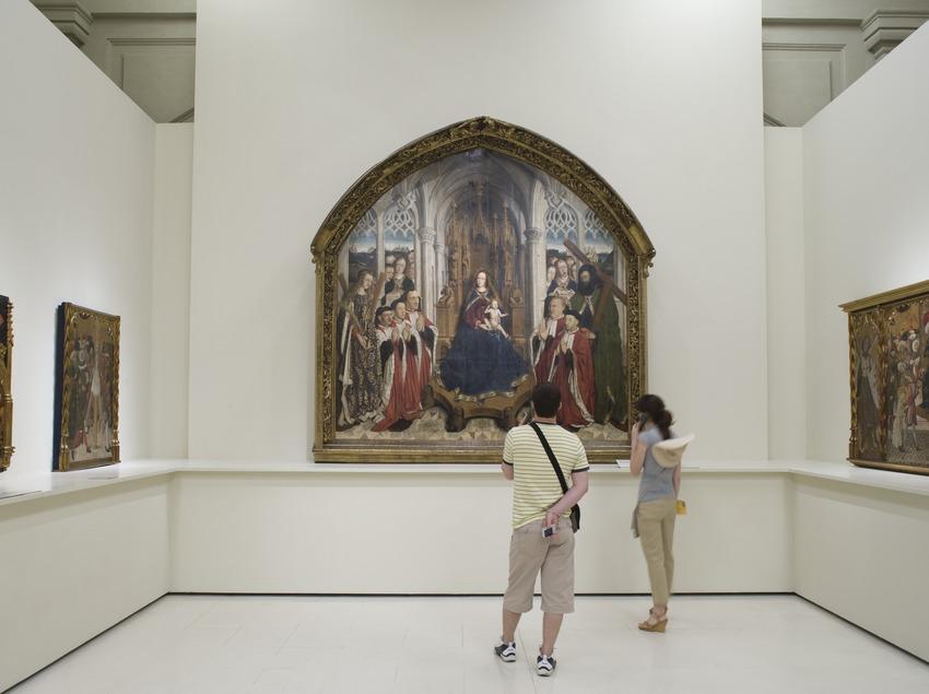 Visitante en una de las salas de arte gótico del Museu Nacional d'Art de Catalunya.  (Imagen M.A.S.)
