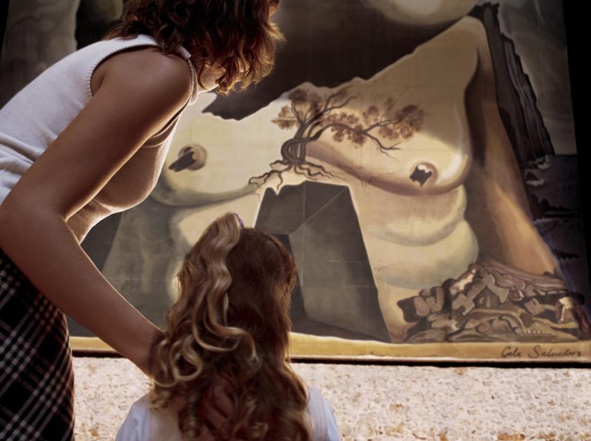 Nena i dona observant un quadre al Teatre-Museu Dalí