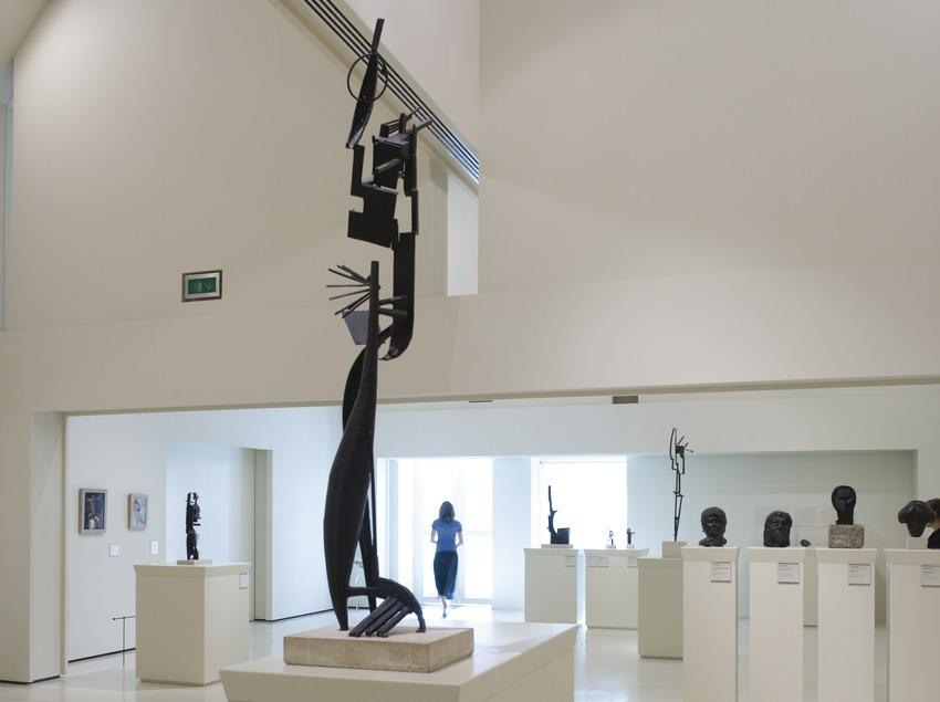 Escultura en una sala de arte moderno del Museu Nacional d'Art de Catalunya.  (Imagen M.A.S.)