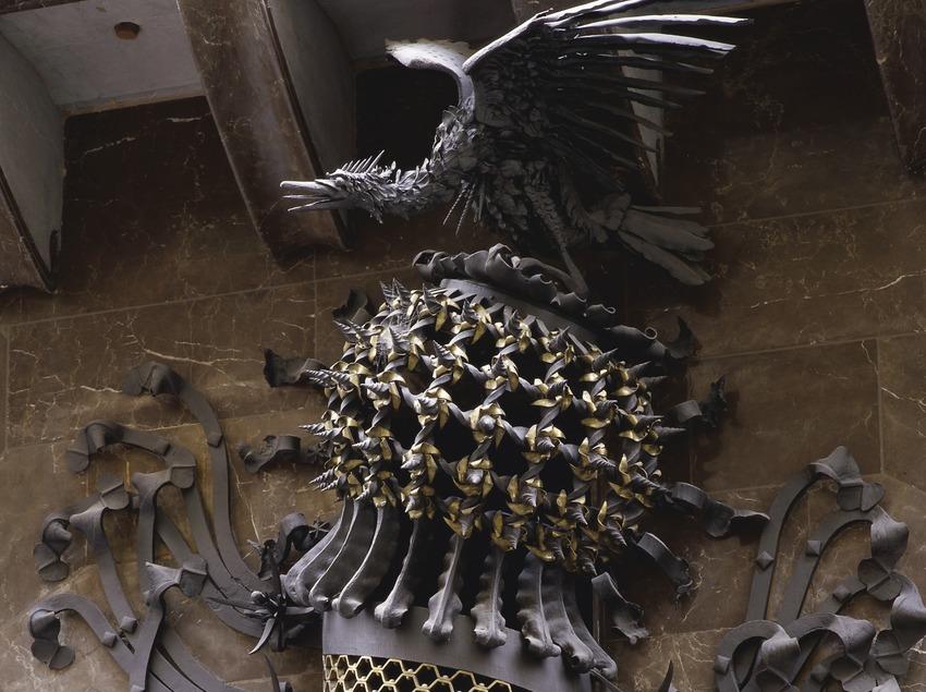 Escut de forja, detall de la porta de la façana principal del Palau Güell (Imagen M.A.S.)