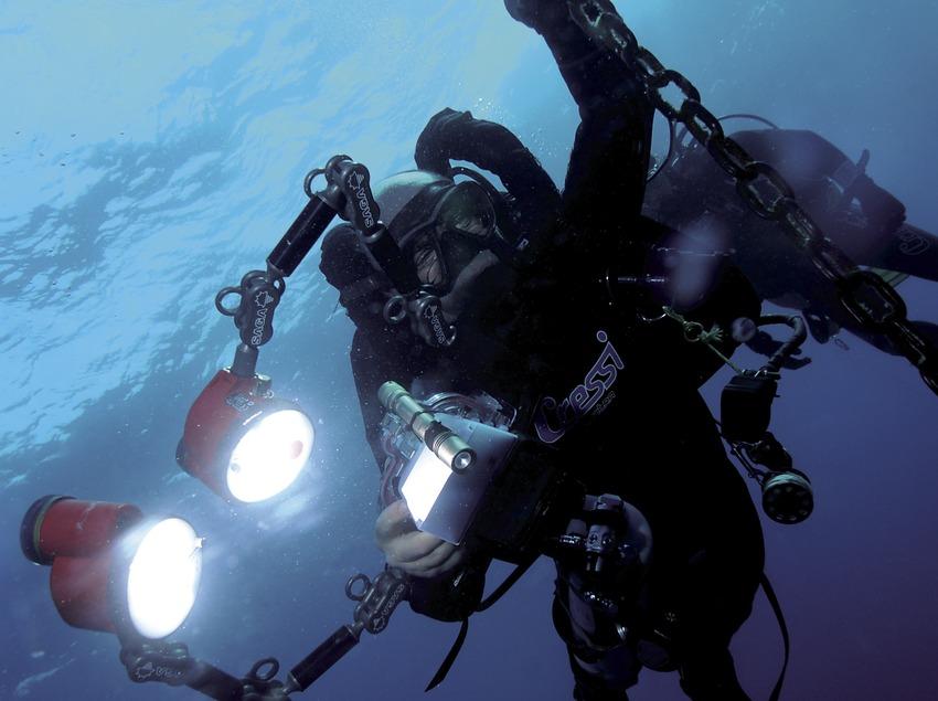 Taucher mit Unterwasser-Fotoausrüstung bei einer Dekompressionspause am Furió Fitó (Andreu Llamas. Editorial Anthias, S.L.)