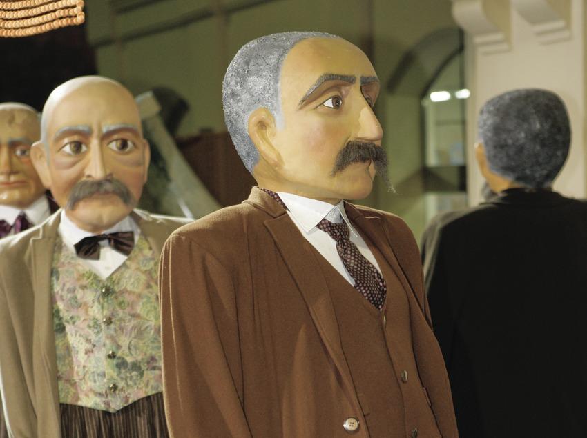 Народный танец с куклами-«великанами» перед зданием ратуши во время Недели игристого вина «кава» (Oriol Llauradó)