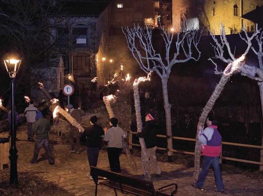Participants entrant dans le village avec leur faia (torche) au cours de la fête de la Fia-Faia