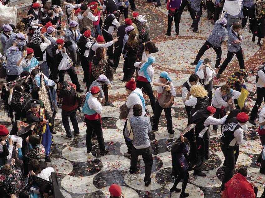 Participants batalla de caramels durant el carnaval (Oriol Llauradó)