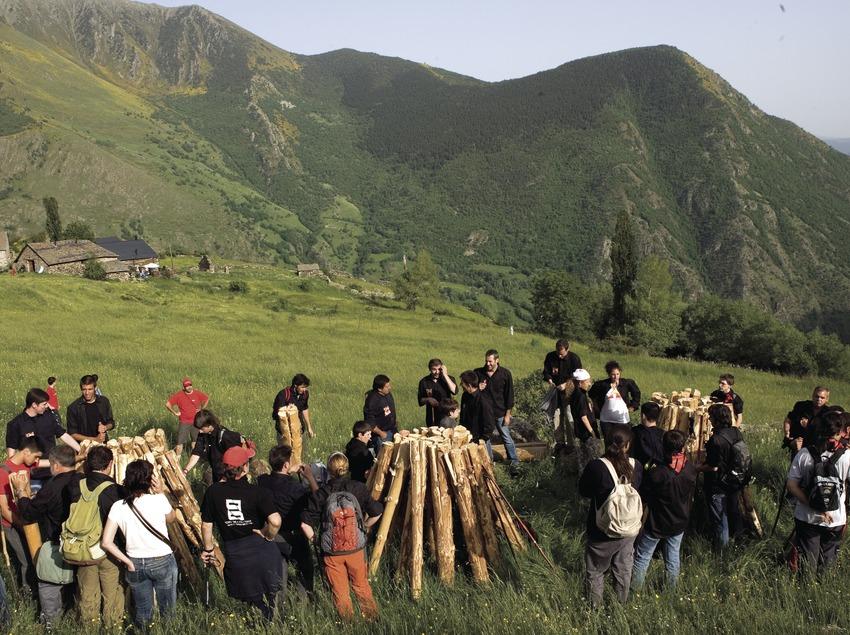 Recogida de troncos antes de iniciar la caminata de las Fallas de Isil