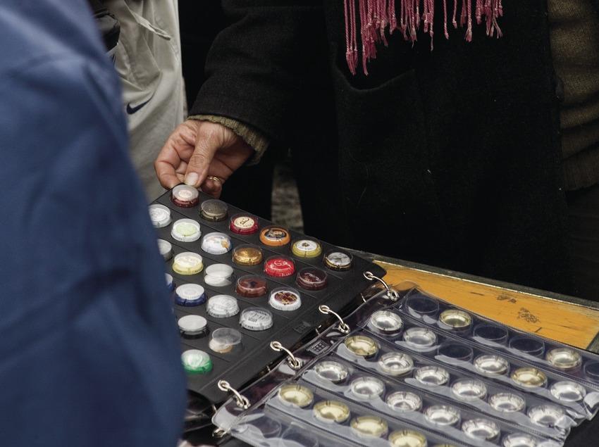 Coleccionista de chapas en la Feria de la Candelera (Oriol Llauradó)