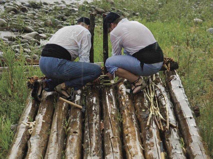 Сплавщики готовят плот во время Дня плотогонов