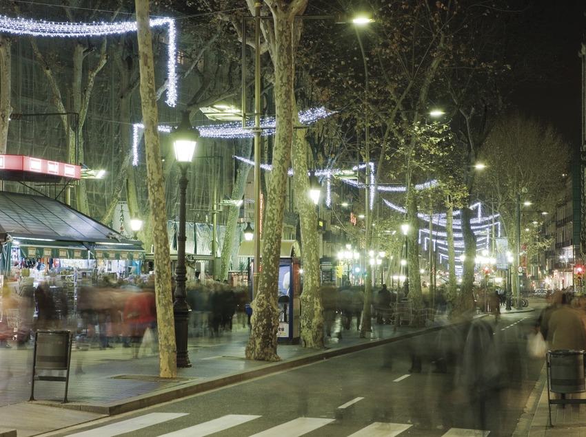 Нарядные бульвары Рамблес, украшенные во время рождественских праздников (Oriol Llauradó)