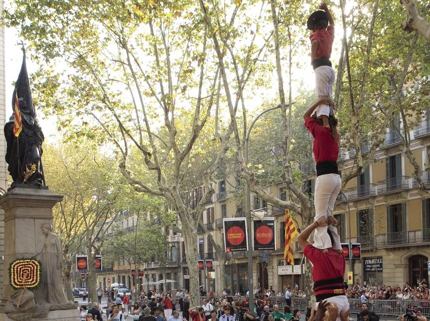 Exhibición castellera en la ofrenda floral al monumento a Rafael Casanovas durante la Diada Nacional de Catalunya (Oriol Llauradó)