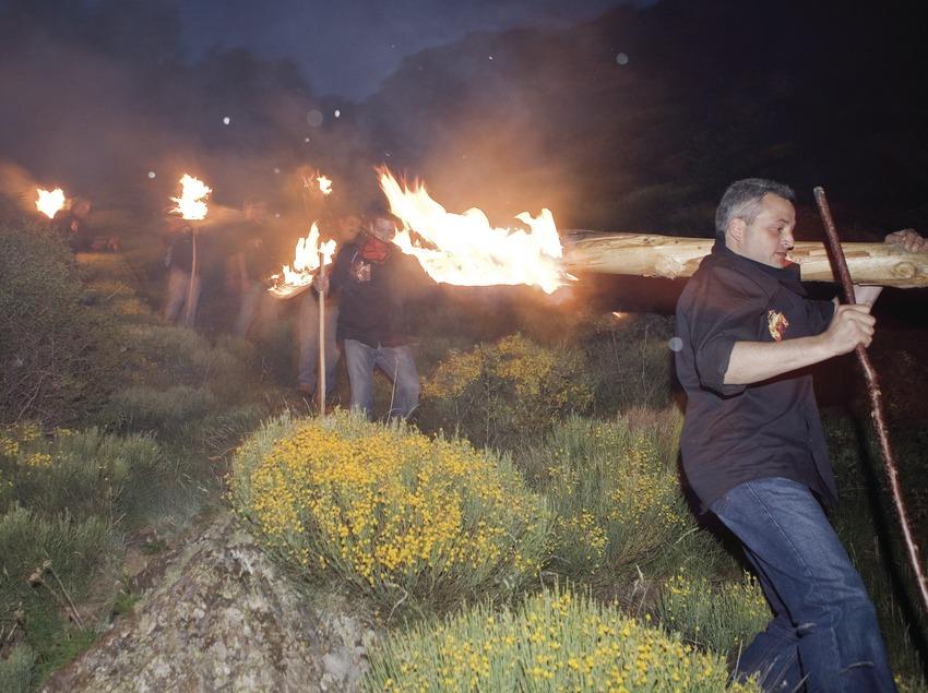 Descens amb els troncs encesos durant les Falles d'Isil (Oriol Llauradó)