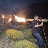 Descente avec les troncs allumés pendant les fallas de Isil (Oriol Llauradó)