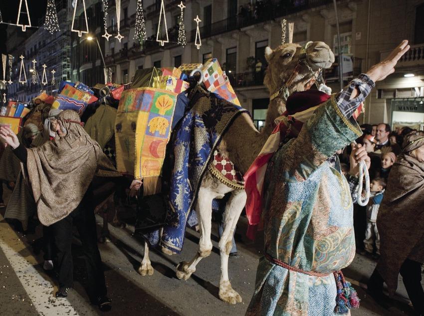 Dromadaire portant des cadeaux au cours de la cavalcade des Rois Mages (Oriol Llauradó)