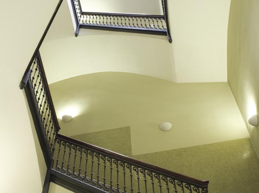 Escalera interior de la Universitat Pompeu Fabra (UPF) (Oriol Llauradó)