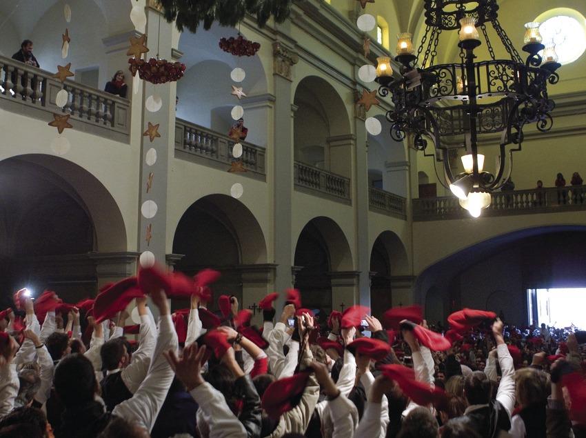 Alzamiento del árbol cabeza abajo en la iglesia durante la Festa del Pi (Fiesta del Pino) (Oriol Llauradó)