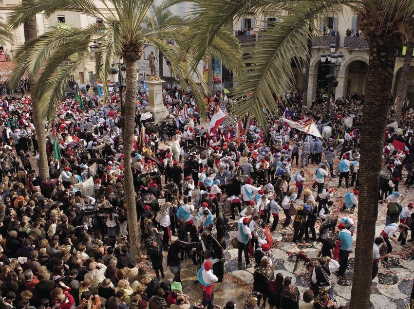 Participantes batalla de caramelos durante el Carnaval (Oriol Llauradó)