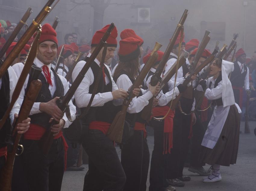 «Trabucaires» (personne armée d'un tromblon) sur la place à la Festa del Pi (fête du pin) (Oriol Llauradó)
