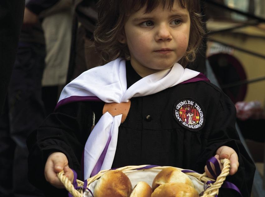 Repartiendo brioixos durante la Festa dels Tres Tombs (Oriol Llauradó)