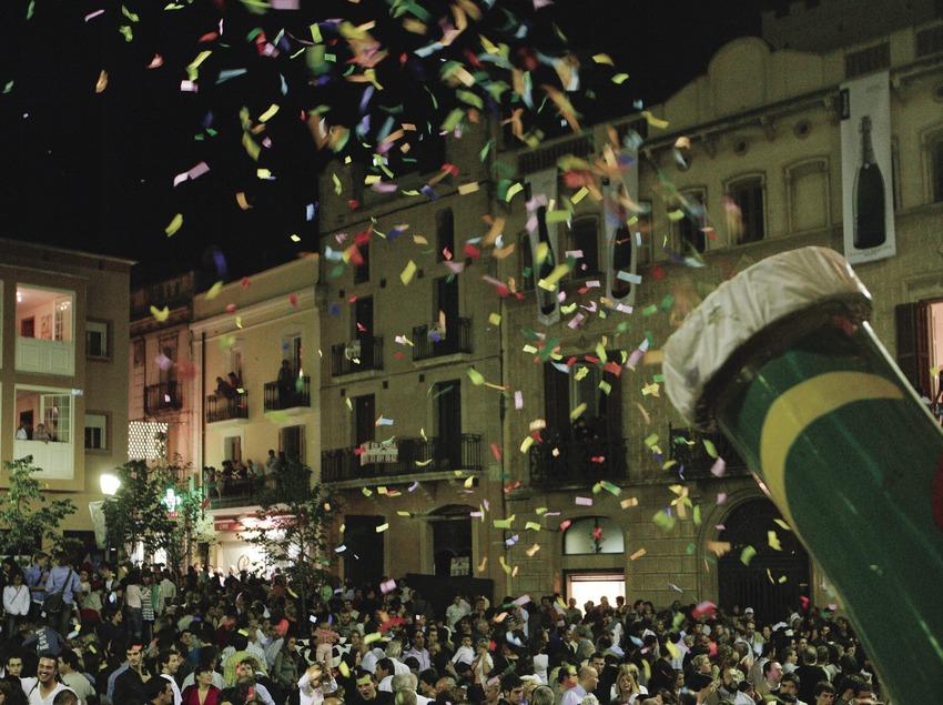 Fiesta popular ante el ayuntamiento durante la Semana del Cava (Oriol Llauradó)