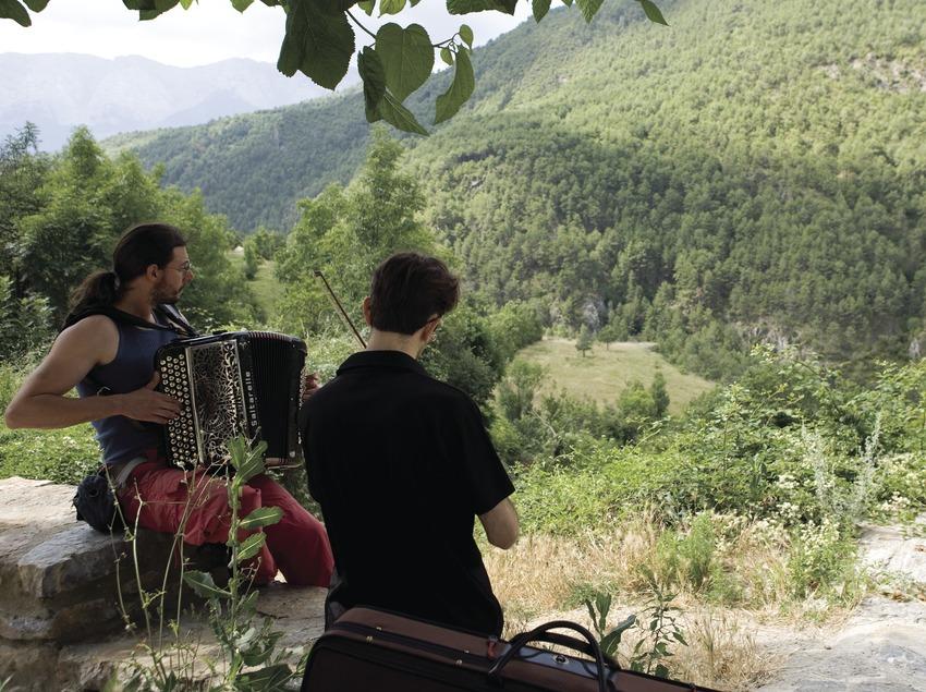 Joves assajant durant la Trobada d'Acordionistes del Pirineu (Oriol Llauradó)