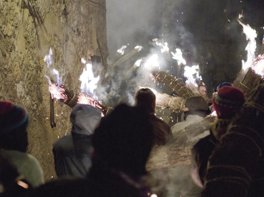 Participants dans la rue avec leur faia (torche) au cours de la fête de la Fia-Faia (Oriol Llauradó)