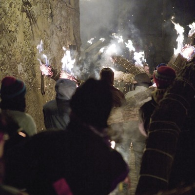 Participants en un carrer amb les faies durant la festa de la Fia-Faia (Oriol Llauradó)