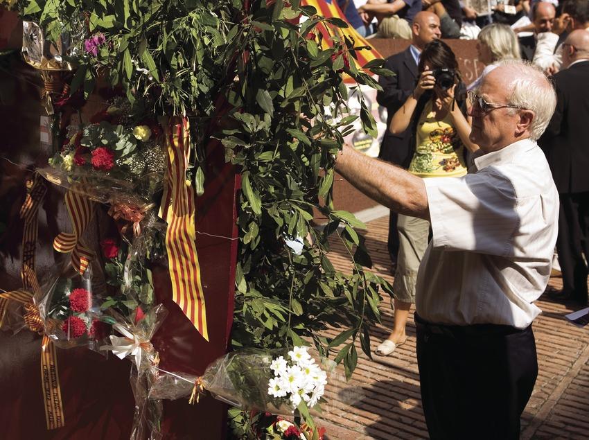 Ofrenda floral en el Fossar de les Moreres durante la Diada Nacional de Catalunya (Oriol Llauradó)