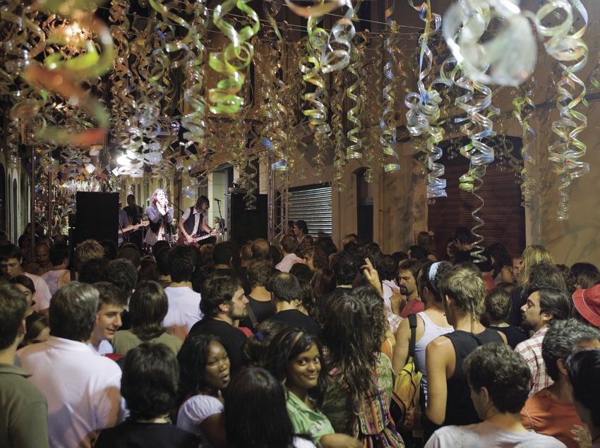 Concierto en la calle Verdi durante las Fiestas de Gràcia (Oriol Llauradó)