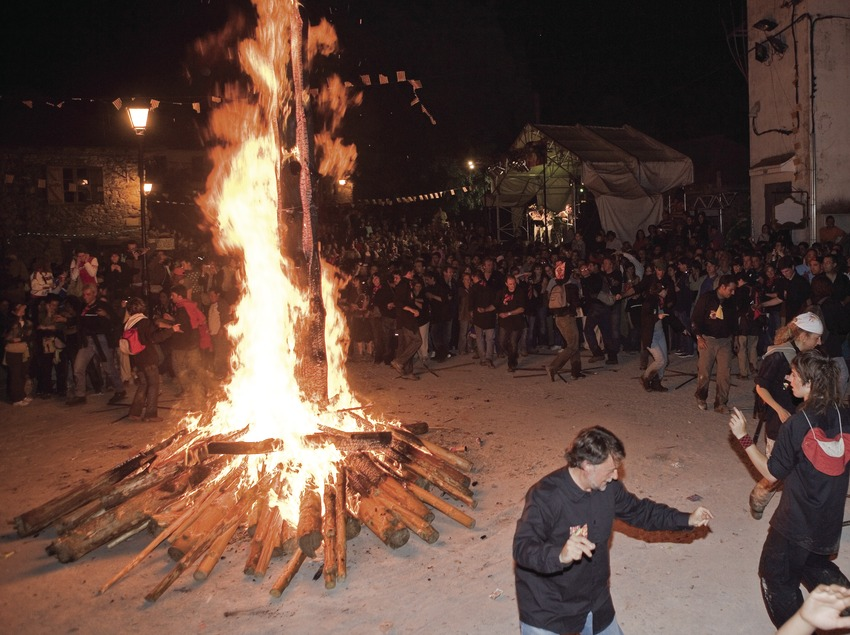 Костер на площади и танцы во время праздника Фальес в Изиле
