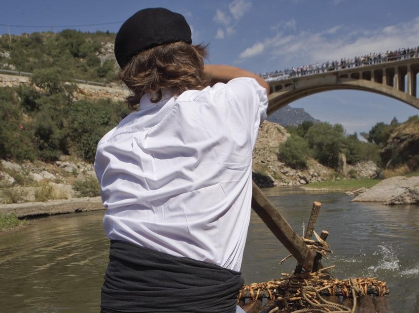 Almadiero bajando por el río durante la Diada dels Raiers (Oriol Llauradó)