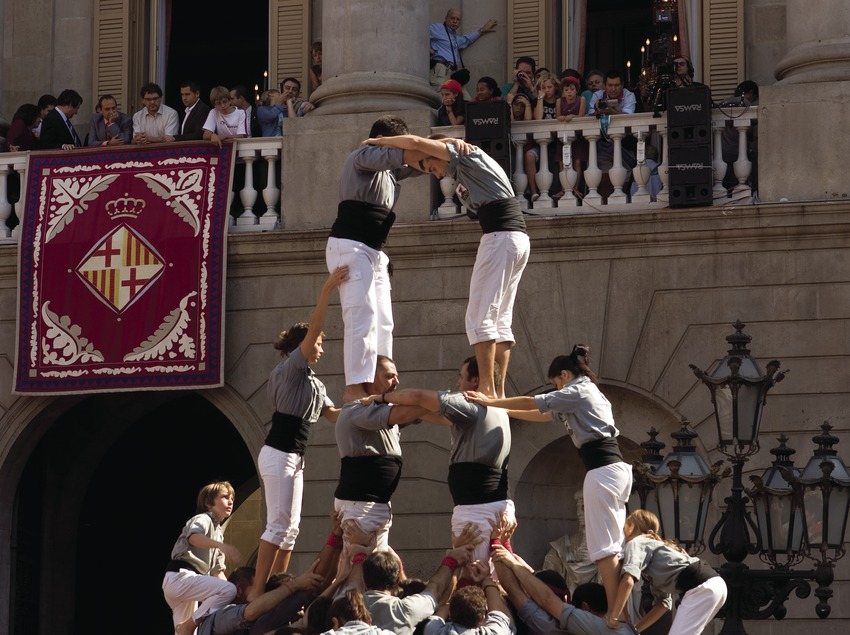 Actuació castellera a la plaça de Sant Jaume durant les Festes de la Mercè