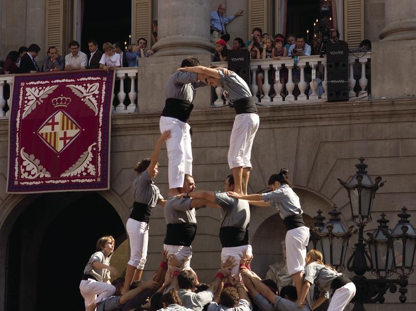 Actuación castellera en la plaza de Sant Jaume durante las Fiestas de la Mercè