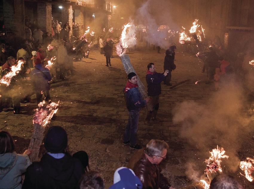 Participants a la plaça durant la festa de la Fia-Faia (Oriol Llauradó)