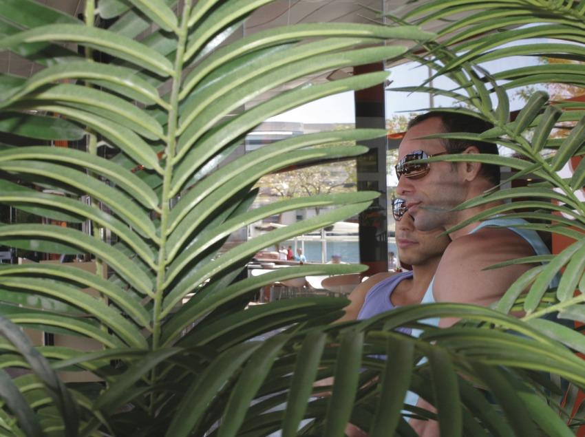 Parella d'homes en una terrassa d'un restaurant del Port Vell    (Josep Tió)
