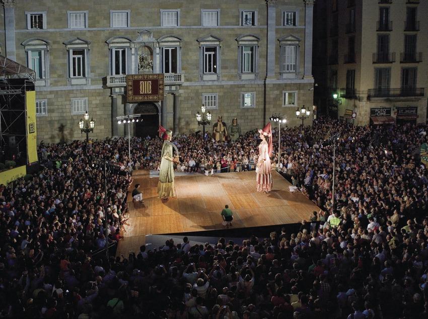 Baile de gigantes en la plaza de Sant Jaume durante el pasacalles de las Fiestas de la Mercè (Oriol Llauradó)