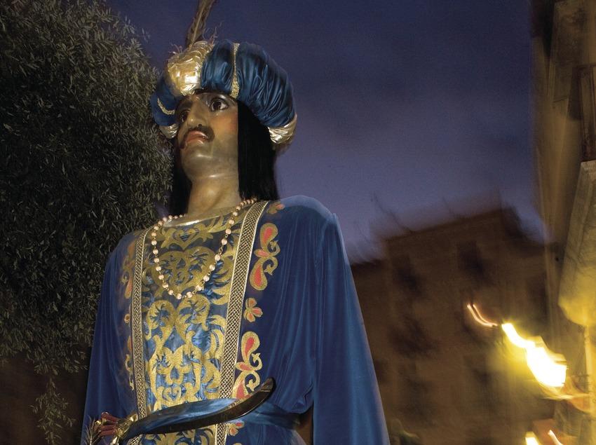 Gigante en el pasacalle de la Fiesta de Santa Tecla (Oriol Llauradó)