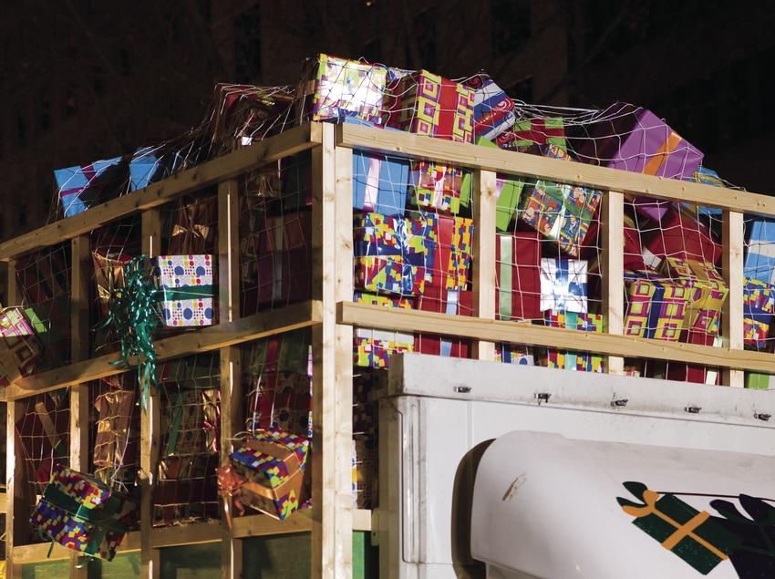 Carroza con regalos durante la cabalgata de los Reyes Magos (Oriol Llauradó)