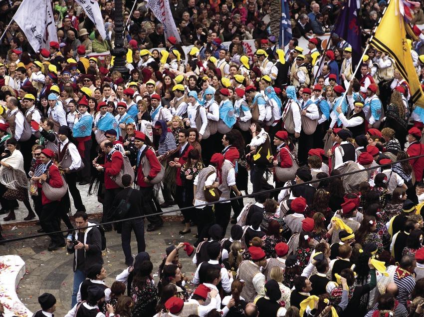 Participantes en la batalla de caramelos durante el Carnaval (Oriol Llauradó)
