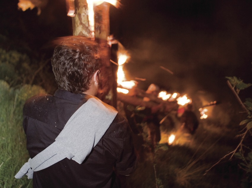 Descenso con los troncos encendidos durante las Fallas de Isil (Oriol Llauradó)