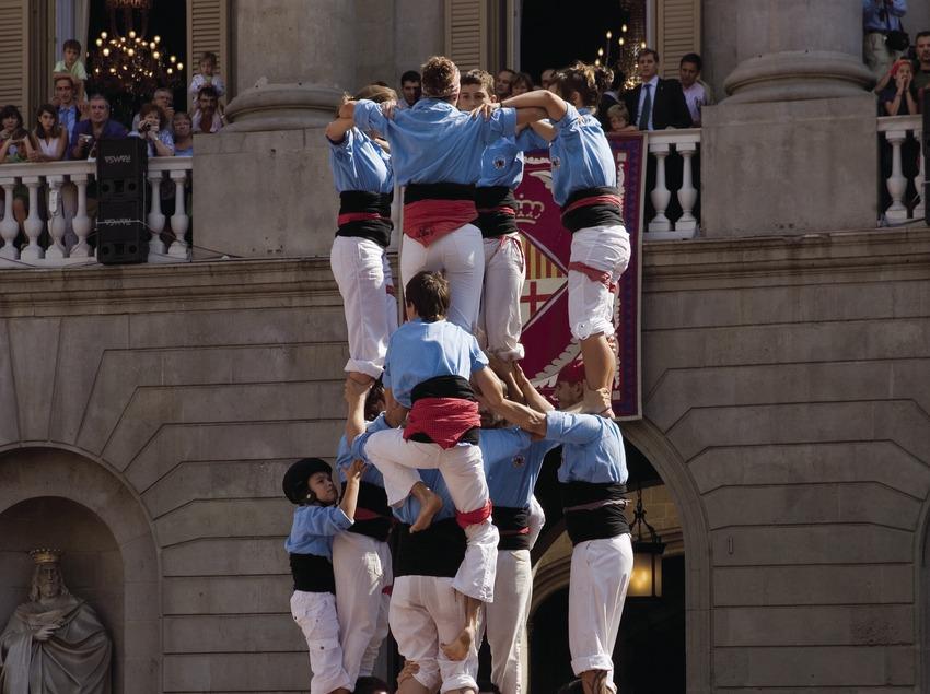 Carregada d'un castell a la plaça de Sant Jaume durant la cercavila de les Festes de la Mercè