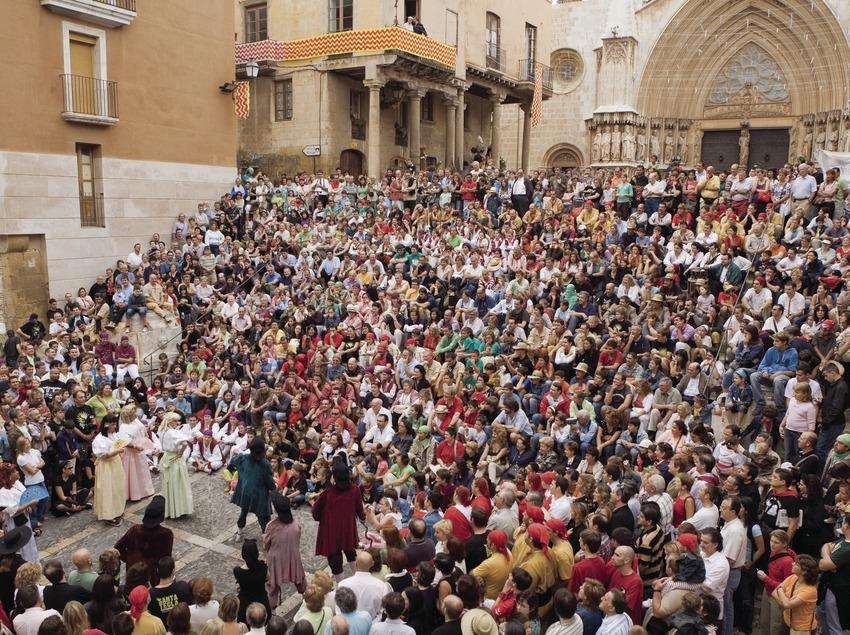 Actuación teatral ante la catedral durante la Fiesta de Santa Tecla (Oriol Llauradó)