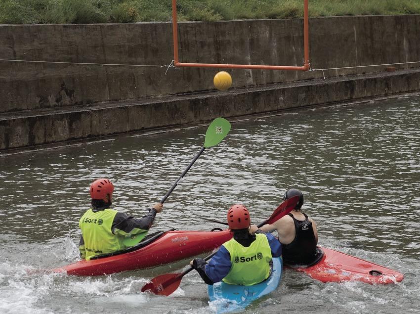 Футбольный матч во время Международного «ралли» на реке Ногера-Пальяреза (Oriol Llauradó)