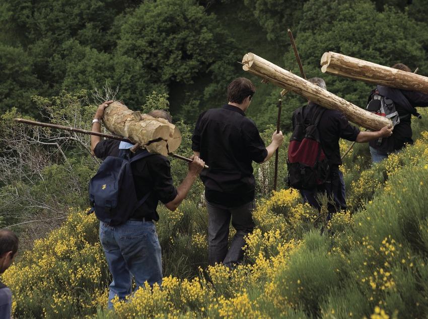 Participants portant des troncs aux fallas de Isil (Oriol Llauradó)
