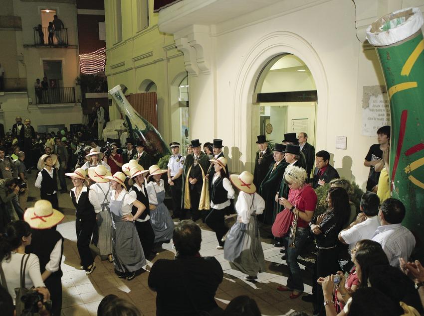 Народный танец перед зданием ратуши во время Недели игристого вина «кава» (Oriol Llauradó)