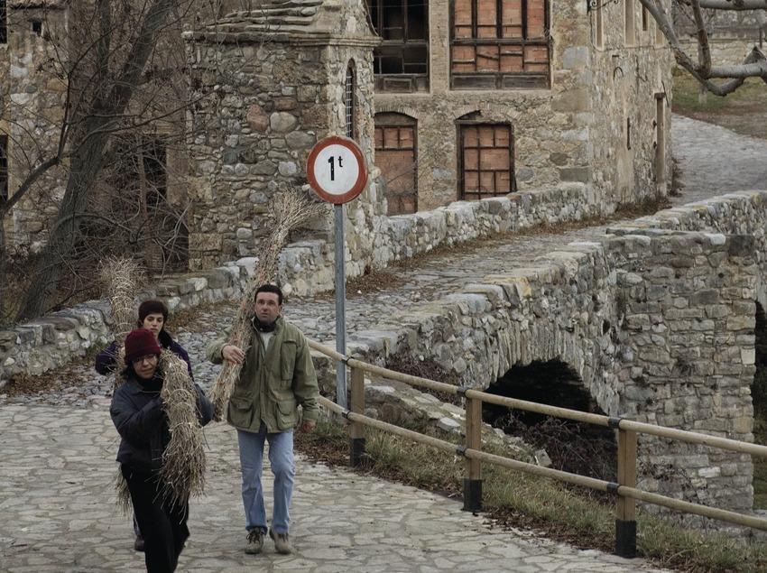 Participants sortint del poble amb les faies durant la festa de la Fia-Faia (Oriol Llauradó)