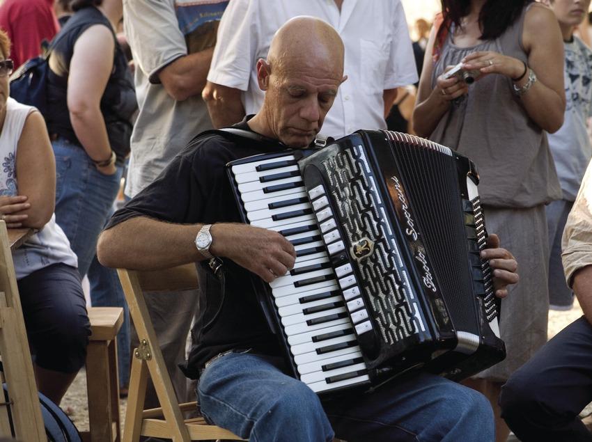 Home tocant l'acordió durant la Trobada d'Acordionistes del Pirineu (Oriol Llauradó)