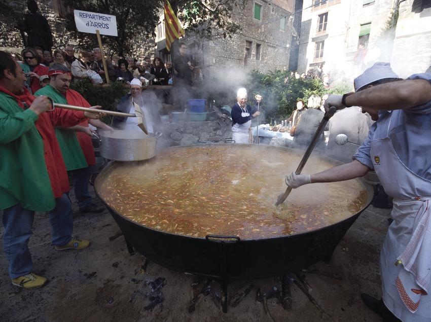 Cocinando una sartén durante la Fiesta del Arroz