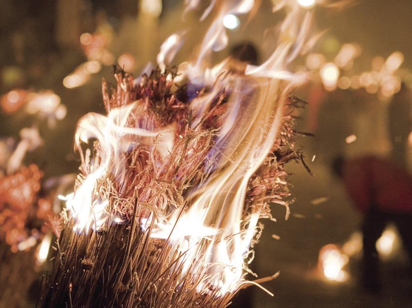 Une faia (torche) en feu au cours de la fête de la Fia-Faia